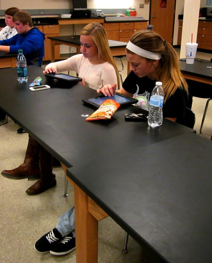 Juniors+Payton+Reynolds+and+Nicole+Robinett+work+together+on+an+assignment+using+their+iPads.+